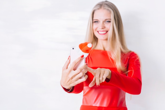 Mulher, em, vestido vermelho, levando, selfie, com, telefone