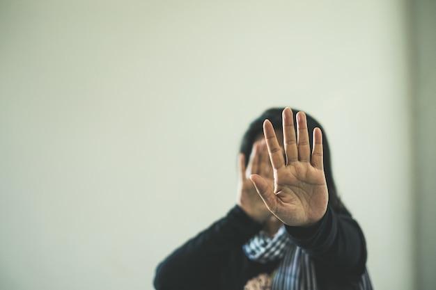 Mulher em violência e discriminação