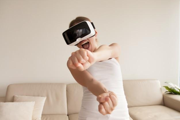 Mulher, em, vr, óculos proteção, desfrutando, 3d, gaming, casa
