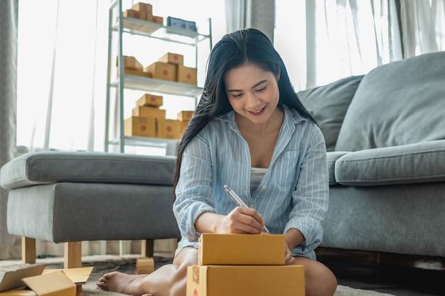 Mulher embala e vende produtos online. pequenos negócios. work from home.sme vendendo o conceito de trabalho em casa. grupo.