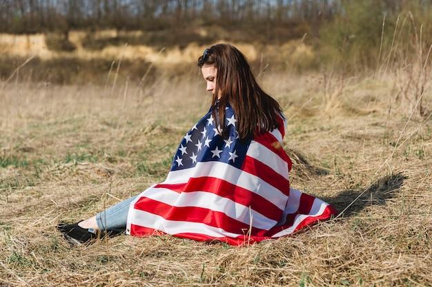 Mulher, embrulhando, em, bandeira eua, ligado, quarto julho