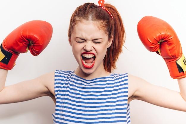 Mulher emocional com luvas de boxe vermelhas penteado modelo de maquiagem