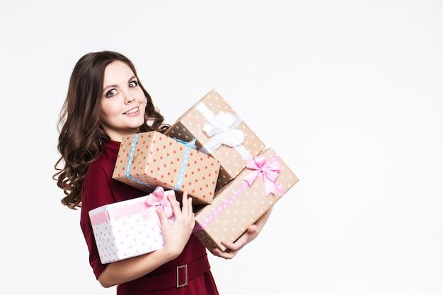 Mulher emocional com presentes