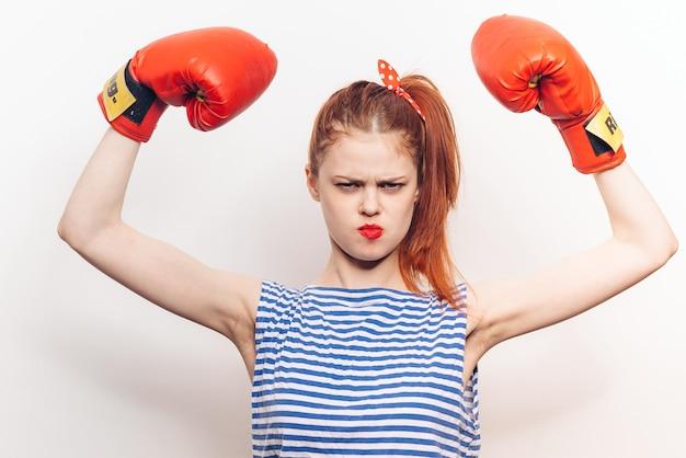 Mulher emocional em luvas de boxe lábios vermelhos malha listrada treino