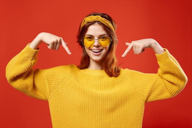Mulher emocional em suéter amarelo e estilo retrô hippie