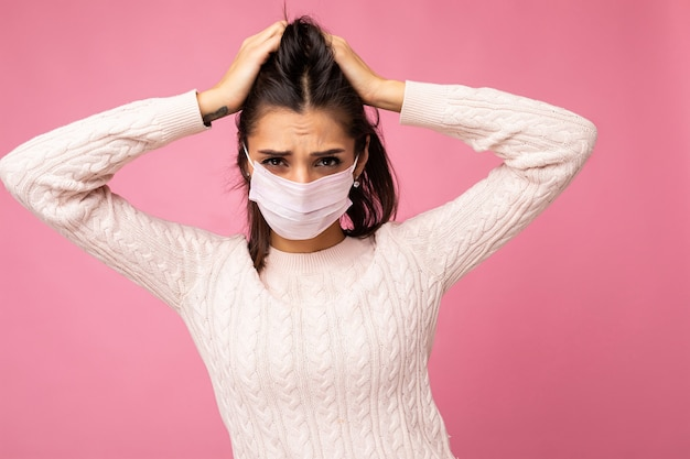 Mulher emocional jovem usando uma máscara de proteção antivírus para evitar que outras pessoas contraiam infecção isolada por corona covid-19 e sars cov 2
