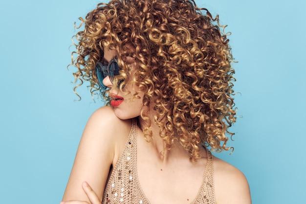 Mulher emocional lábios vermelhos cabelo cacheado close-up óculos de sol azul fundo isolado