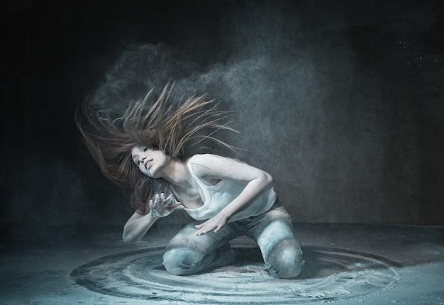 Mulher emocional selvagem com cabelo voador e cinzas