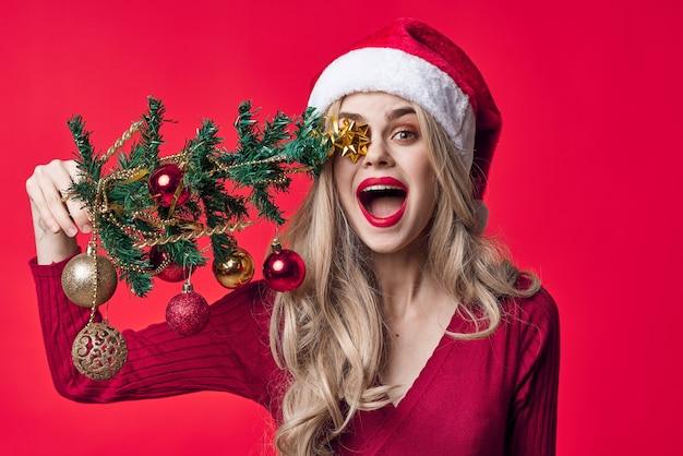 Mulher emocional vestida de papai noel com brinquedos divertidos de árvore de natal
