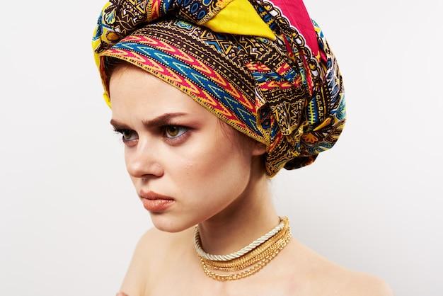 Mulher emocionalmente alegre com um turbante na cabeça close-up de estúdio de roupas tradicionais