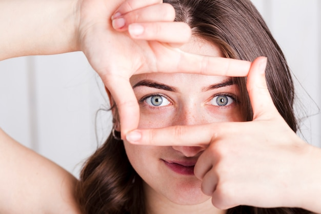 Mulher, emoldurando, olhos, dedos
