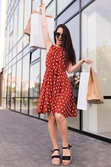 Mulher empolgada com sacolas pretas conceito de compras sexta-feira