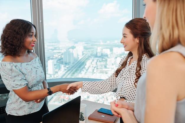 Mulher empreendedora cumprimentando parceira de negócios