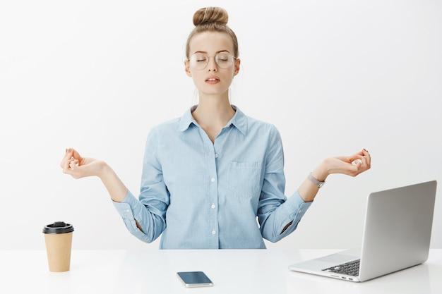 Mulher empreendedora de sucesso em camisa de colarinho azul