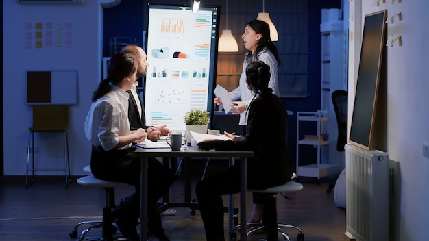 Mulher empreendedora nervosamente furiosa gritando enquanto trabalhava na sala de reuniões