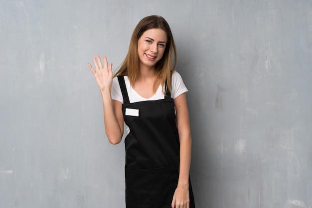 Mulher empregado, saudando, com, mão, com, feliz, expressão
