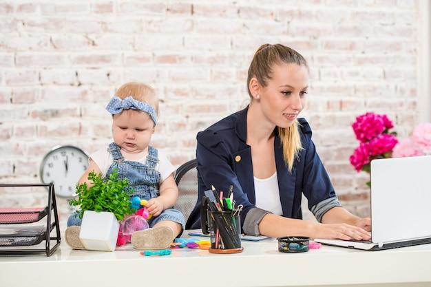 Mulher empresária mãe e filha trabalhando no laptop