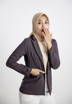 Mulher empresária usando hijab surpreso olhando para a câmera, conceito de trabalho de escritório isolado fundo branco
