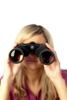 Mulher encantada usando binóculos
