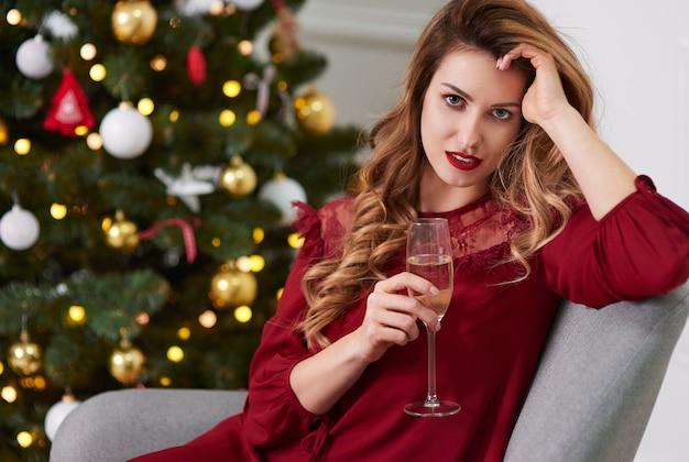 Mulher encantadora com taça de champanhe