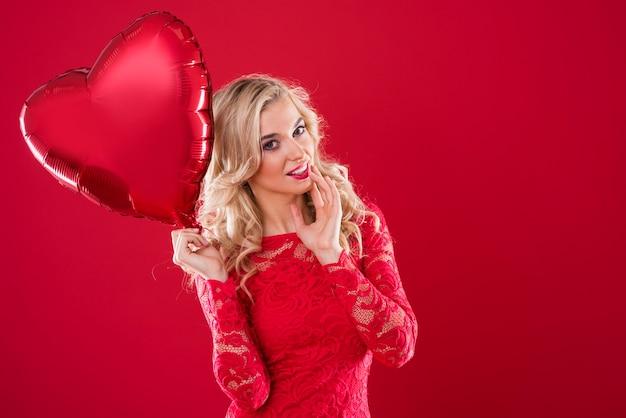 Mulher encantadora com um balão em formato de coração