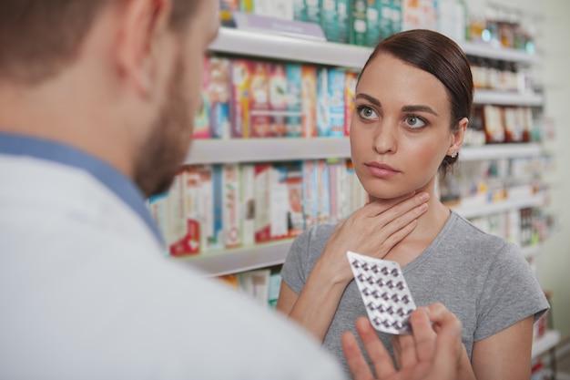Mulher encantadora, fazer compras na farmácia