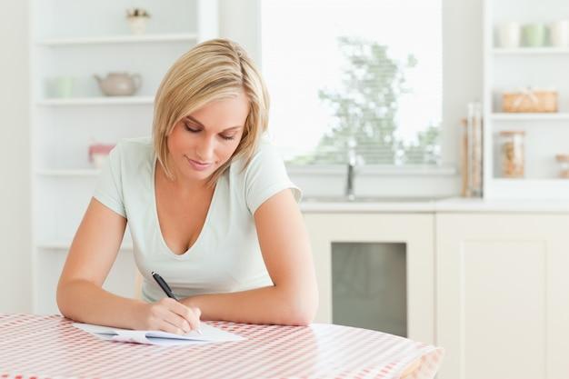 Mulher encantadora - lendo um texto