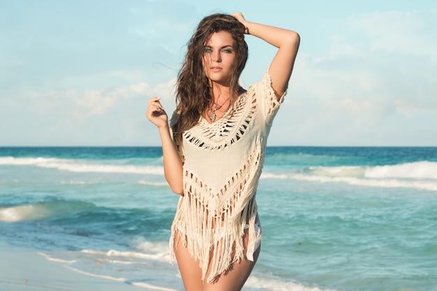 Mulher encantadora na praia