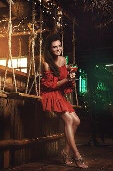 Mulher encantadora no bar de verão