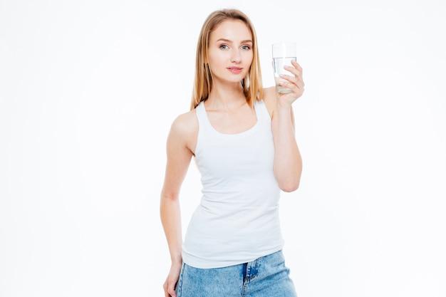 Mulher encantadora segurando um copo com água isolada em um fundo branco