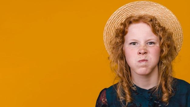 Mulher encaracolada engraçada com cabelo ruivo se divertindo no estúdio