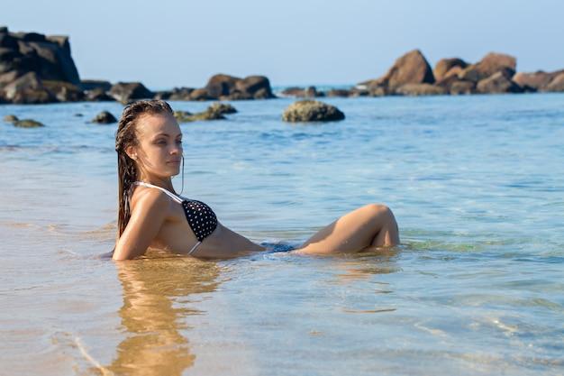 Mulher encontra-se na água