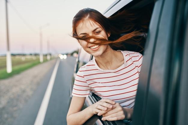 Mulher enérgica espiando para fora do carro