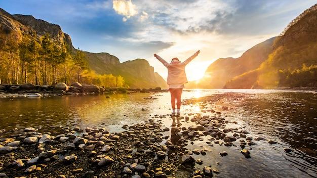 Mulher, enfrentando, para, amanhecer, em, rio, ao redor, com, montanha