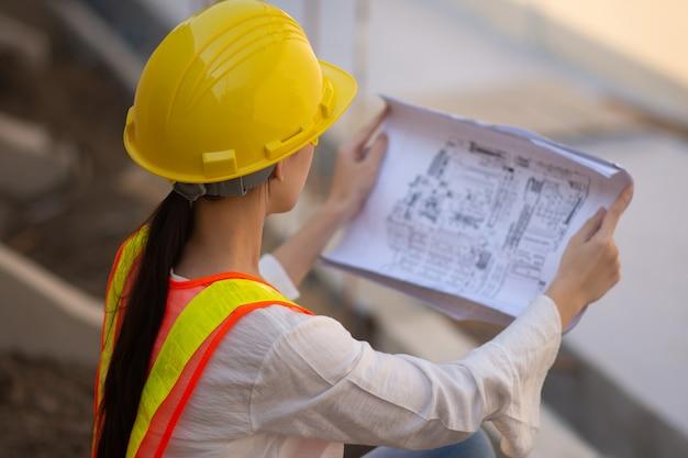 Mulher, engenharia, desenho, capacete, segurança, paleto, segurando, blueprint, inspeção, predios, predios, construção, mulher trabalhadora