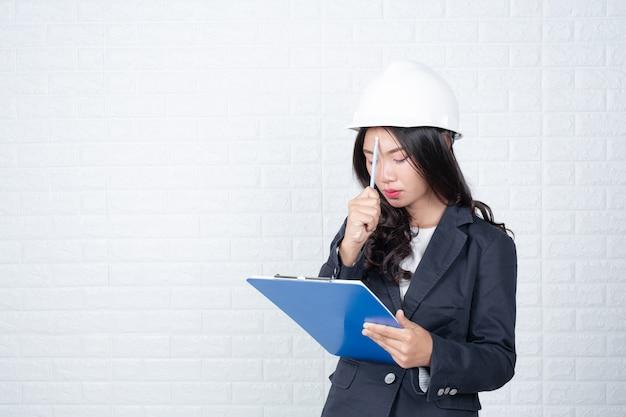 Mulher, engenharia, segurando, documentos