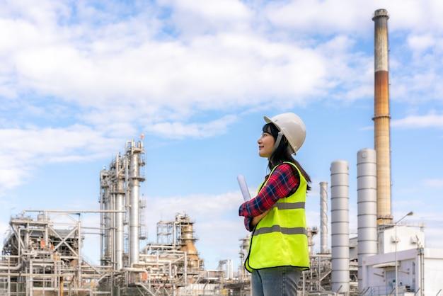 Mulher engenheira controle de trabalho na refinaria de petróleo da indústria de energia da usina