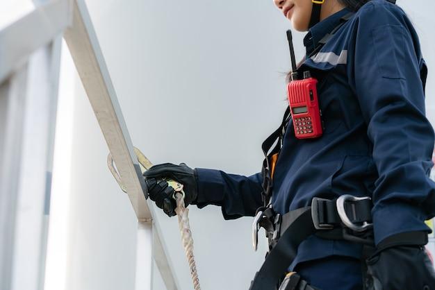 Mulher engenheira de inspeção preparando e verificação de progresso de uma turbina eólica
