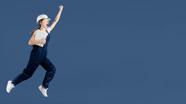 Mulher engenheira pulando