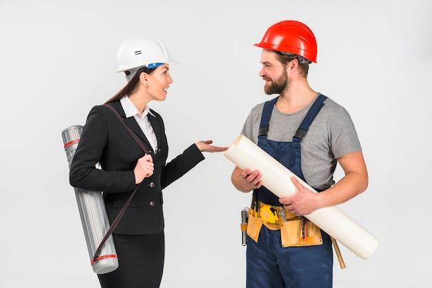 Mulher engenheiro e construtor com whatman falando