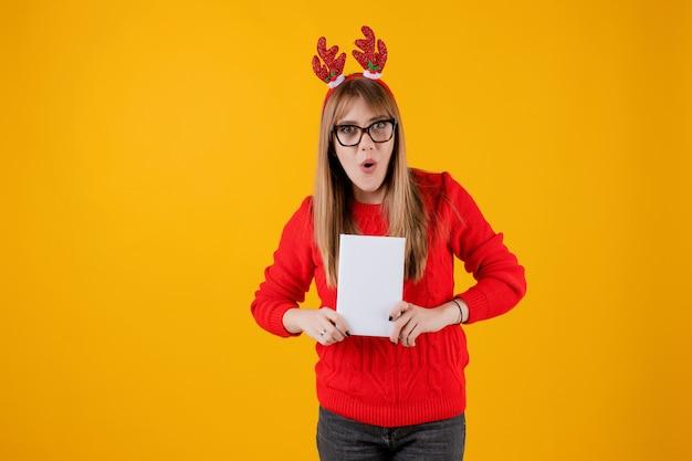Mulher engraçada inteligente, segurando o livro com capa de espaço de cópia lendo com óculos