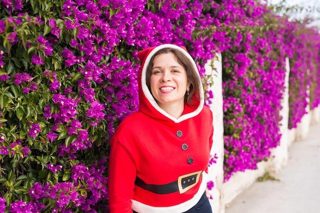 Mulher engraçada sorridente com fantasia de natal ao ar livre