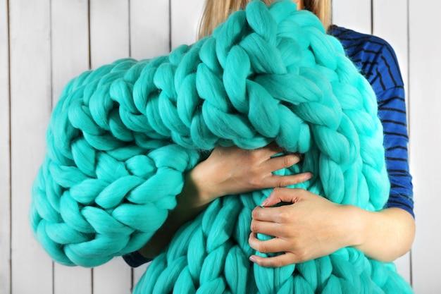 Mulher enrolada em um grande cobertor de malha