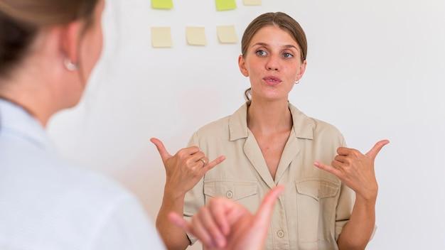 Mulher ensinando e praticando a linguagem de sinais