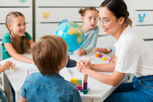 Mulher ensinando geografia para crianças