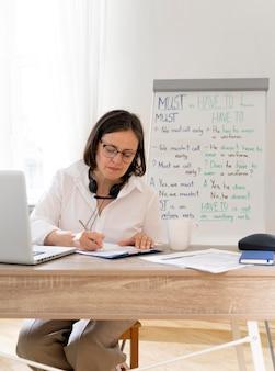 Mulher ensinando inglês para seu aluno