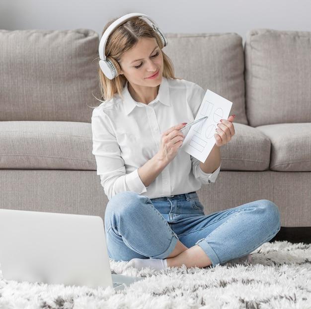Mulher ensinando seus alunos on-line