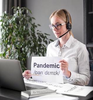 Mulher ensinando seus alunos sobre a pandemia
