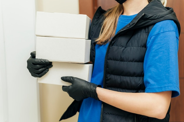 Mulher entregando close-up segurando caixas