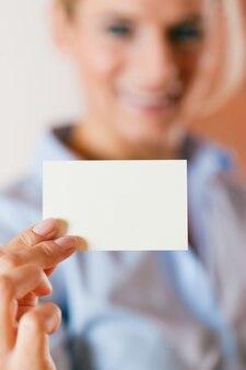 Mulher, entregar, cartão negócio